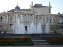 Springbrunn framme av Odessa Opera House, Ukraina arkivfoto