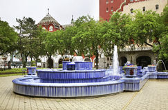 Springbrunn framme av stadshuset i Subotica serbia arkivfoto