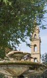 Springbrunn framme av tornet Santo Spirito för kyrklig klocka, Florence Arkivfoton