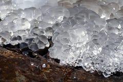 springbrunn fryst vatten Nära övre för istapp vinter för blåa snowflakes för bakgrund vit Royaltyfri Bild