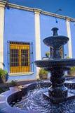Springbrunn i borggård Arkivfoto