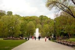Springbrunn i den Bernardinai trädgården Royaltyfri Foto