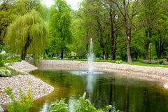 Springbrunn i den Bernardinai trädgården Arkivbild