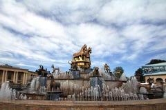 Springbrunn i den centrala fyrkanten royaltyfri foto