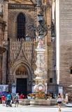 Springbrunn i den kungliga fyrkanten nära den Seville domkyrkan Royaltyfria Bilder