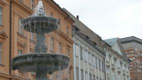 Springbrunn i den Ljubljana staden stock video