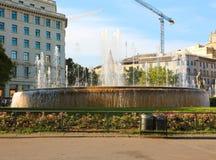 Springbrunn i den Placa de Catalunya fyrkanten, Barcelona, Spanien arkivfoto
