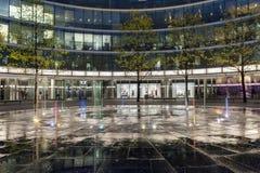 Springbrunn i den storstads- byggnaden i Warszawa Royaltyfria Foton