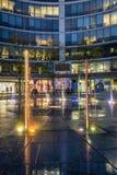 Springbrunn i den storstads- byggnaden i Warszawa Royaltyfria Bilder