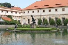 Springbrunn i den tjeckiska parlamentet Royaltyfri Bild