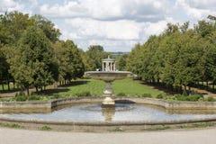 Springbrunn i en park royaltyfri foto