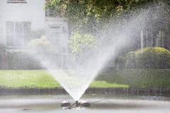 Springbrunn i en parkera i Rotterdam Arkivbilder