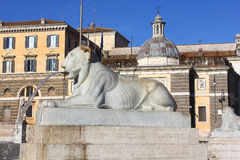 Springbrunn i form av ett liggande lejon, Piazza del Popolo, Rome fotografering för bildbyråer
