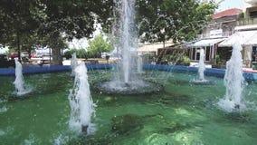 Springbrunn i fyrkanten av Nea Michaniona Thessaloniki Greece, rund rörelse arkivfilmer