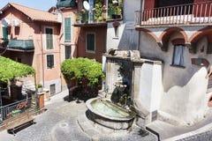 Springbrunn i Largo Massimo D ` Azzelio i byn av Rocca di Far Royaltyfria Bilder