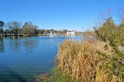 Springbrunn i Louis Lake på barfota landning royaltyfri foto