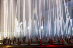 Springbrunn i natten royaltyfria bilder