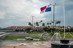 Springbrunn i Panama City med landsflaggan och Casco Viejo den gamla staden på bakgrund - Panama City, Panama arkivbild
