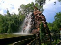 Springbrunn i parkera av staden av Almaty Royaltyfri Bild