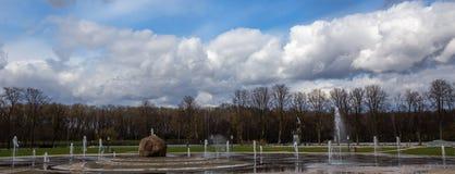 Springbrunn i parkera i vår Victory Park Minsk _ Royaltyfria Foton