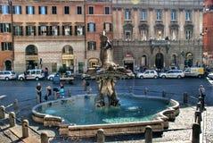 Springbrunn i piazza Barberini i Rome, Italien Arkivfoton