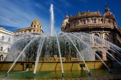 Springbrunn i Piazza di Ferrari - Genoa Landmarks royaltyfria bilder