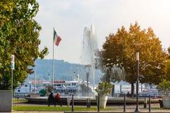 Springbrunn i staden av Novara, Italien Sikt av sjön och ångarna arkivbild