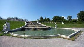 Springbrunn i trädgård av övrebelvederen arkivbild
