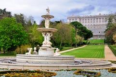 Springbrunn i trädgårdar av den kungliga slotten, Madrid Arkivfoton