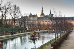 Springbrunn i trädgårdarna av Royal Palace av La Granja royaltyfria foton