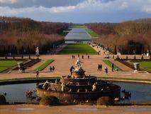 Springbrunn i trädgården av den Versailles slotten Fotografering för Bildbyråer