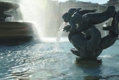 Springbrunn i Trafalgar Square, London, England arkivfoton