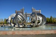 Springbrunn kallad HJUL OCH HÄSTSKO i Astana Royaltyfria Bilder