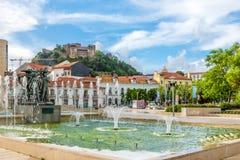 Springbrunn Luminosa i gatorna av Leiria - Portugal Arkivbilder