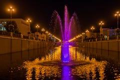 Springbrunn med belysning i staden på natten Arkivfoton