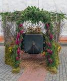 Springbrunn med blommor som en minnes- monument royaltyfri fotografi