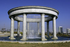 Springbrunn med columns1 royaltyfri foto