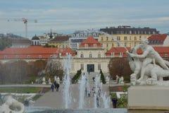 Springbrunn med den lägre belvederen i bakgrunden, Wien royaltyfria bilder