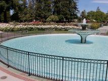 Springbrunn med den runda handfatet i San Jose Rose Garden arkivbild