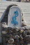 Springbrunn med en blå fisk i grundlig garnering Springbrunnen är på stenar Crète - Froint sikt Arkivfoton