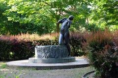 Springbrunn med en skulpturelegi av den berömda kroatiska skulptören Ivana Franges på Rokov perivoj i Zagreb Royaltyfria Bilder