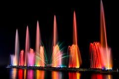 Springbrunn med färgrikt på natten Royaltyfri Fotografi