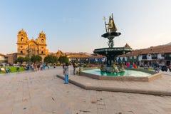 Springbrunn med Incastatyn som föreställer Pachacutec Cuzco royaltyfria foton