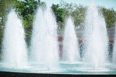 Springbrunn med nytt kallt vatten, färgstänk av vatten på en naturlig bakgrund, sommarnatur, uppfriskande fuktighet Arkivbild