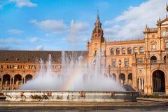 Springbrunn med regnbågen på Plaza de Espana i Sevillle Fotografering för Bildbyråer