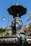 Springbrunn med statyer och flygfågeln Arkivbilder