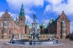 Springbrunn med statyer som är främsta av den Frederiksborg slotten, Danmark Fotografering för Bildbyråer
