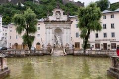 Springbrunn med statyn Arkivbilder