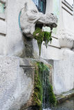 Springbrunn med statyn av monstret royaltyfria foton