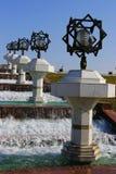 Springbrunn med svart-vit lampposts arkivfoto